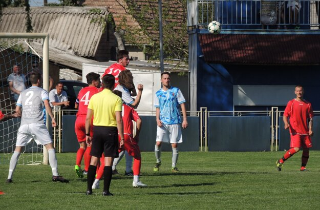 Kolárovo (v červenom) zdolalo doma vregionálnom derby tesne Veľké Lovce.