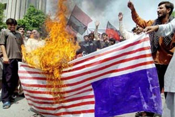 Pakistanskí demonštranti pália americkú vlajku.