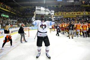 Vladimír Mihalik z HC ´05 iClinic Banská Bystrica oslavuje titul majstra Slovenska.