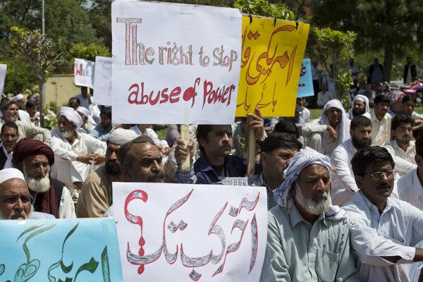 Obyvatelia Islamabadu žiadali potrestanie amerického diplomata Johna Halla za spôsobenie smrteľnej nehody.