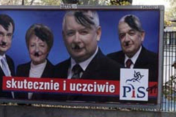 Predvolebná kampaň v Poľsku bola ostrá. Na snímke je upravený bilbord s podobizňami lídrov PiS.