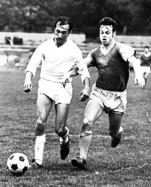 Snímka zo zápasu s Duklou Praha. Fero Rapan vľavo.