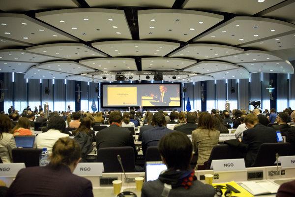Účastníci počas konferencie o Sýrii v Bruseli.