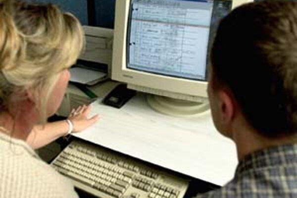 Záujemcovia študujú zväzky ŠtB v archíve českého ministerstva vnútra v Pardubiciach.