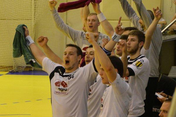 Topoľčianska lavička prežívala každý gól v sieti súpera. Vľavo radujúci sa Erik Žilinčík.