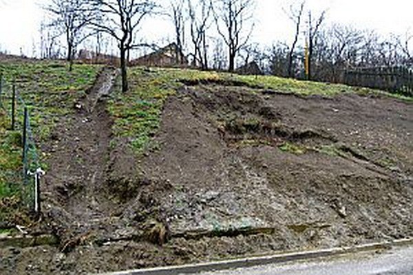 Zosuv pôdy mali pred niekoľkými rokmi aj v Červenom Kameni.