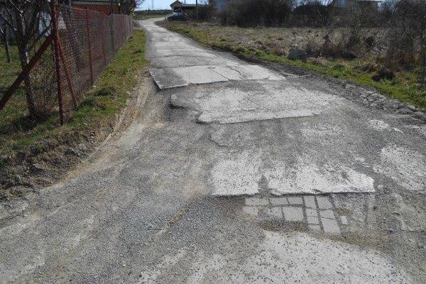 Obyvatelia časti Čadečka u Špindli roky chodia po takejto ceste.