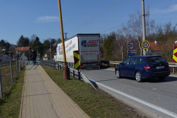 Cez obec denne prejdú tisícky áut.