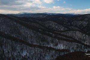 Pohľad na západ z okraja planiny Geravy, v pozadí Tatry.