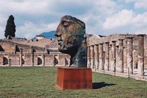 Pompeje a Vezuv v pozadí
