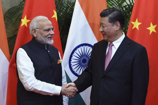 Indický premiér Naréndra Módí (vľavo) a čínsky prezident Si Ťin-pching.