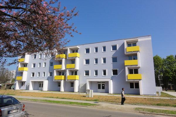 V tejto novej bytovke dostal syn poslanca Romana Šíru Patrik dvojizbový byt.