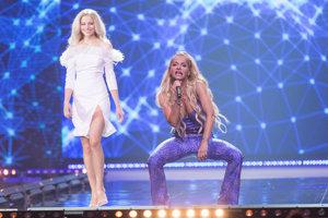 Finalistka Katarína Očovanová z Hriňovej a speváčka Dara Rolins počas finálového večera súťaže krásy.