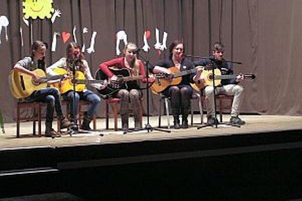 Mladí gitaristi z CVČ Včielka.
