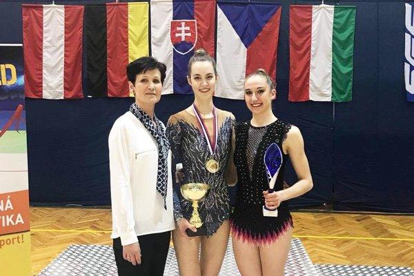 Xénia Kilianová so Sašou Čechovou a hlavnou trénerkou Ľubov Kilianovou.