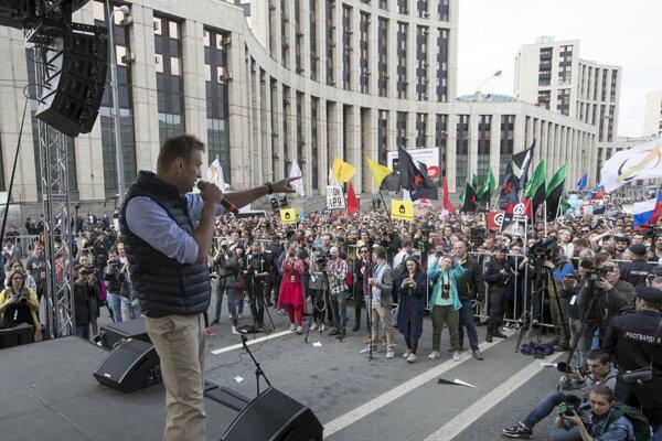 Alexej Navaľnyj (vľavo) na proteste v Moskve.