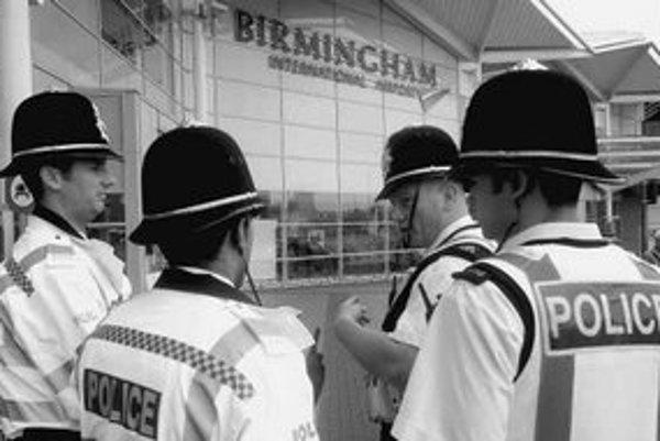 Britskí policajti počas protiteroristického poplachu v roku 2006 hliadkujú pred letiskom.