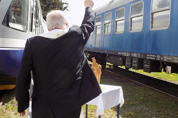 Historický vozeň posvätil biskup Sečka.