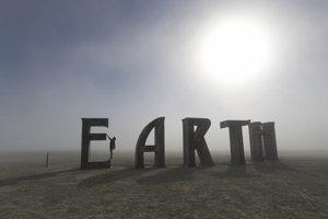 Socha tvoriaca nápis Zem (Earth) na festivale v roku 2016.