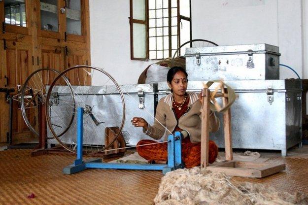 Na jednu šatku sa pripravuje prírodný materiál tri dni, utkať ju z takmer dvetisíc nitiek trvá ženám z indického družstva Avani dva dni. V butikoch v Anglicku či vo Francúzsku stoja od 35 do 100 eur.