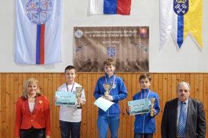 V kategórii mladších žiakov zvíťazil Samuel Súkeník (v strede), tretiu priečku obsadil Adrián Jahvodka.