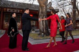 Americká prvá dáma Michelle Obamová sdcérami Maliou aSashou pri uvítaní od čínskeho prezidenta Xi Jinpinga ajeho manželky Peng Liyuan vPekingu. (AP Photo/Andy Wong)