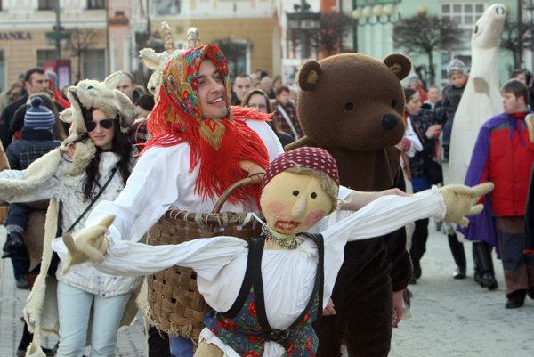 Masky sú súčasťou fašiangových sprievodov.
