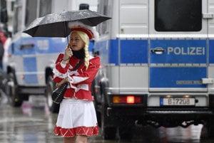 V Kol�ne na karnevale ob�a�ovali novin�rku pred kamerou. �to�n�k vyzeral eur�psky