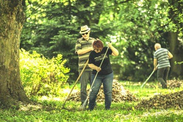 Vďaka práci dobrovoľníkov záhrada znova ožíva.