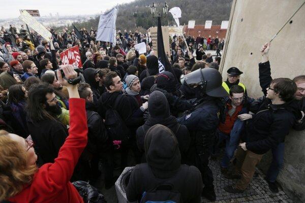 Proti rozhorčeným davom musela zasiahnuť polícia.
