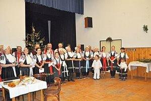 Folklórny súbor Záriečanka počas adventného posedenia.