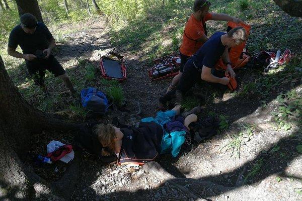 Záchranári poskytujú prvú pomoc jednej z turistiek.