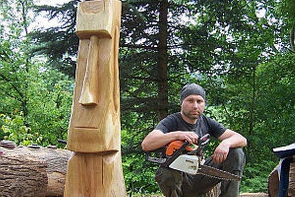 Aj takúto sochu Moaia vyrezal s motorovou pílou.