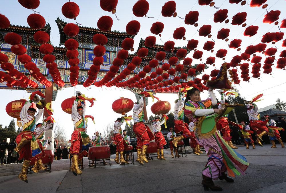 Tanečníci tancujú v parku Ditan počas osláv čínskeho nového roka. SITA/AP