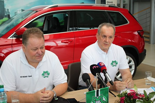 Vľavo prezident HC Nové Zámky František Sucharda, vpravo nový tréner HC Milan Jančuška