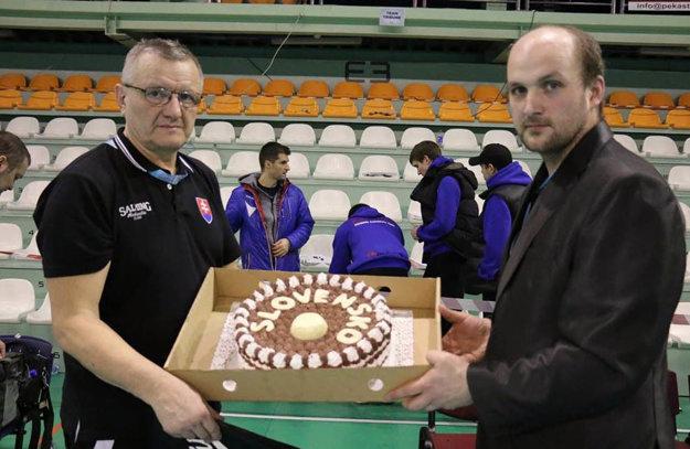 Šéf organizačného výboru Lubomír Klosík (vpravo) blahoželá trénerovi Petrovi Koutnému. Sladkú odmenu venoval jeden z partnerov kvalifikácie, firma PekaStroj, s.r.o.