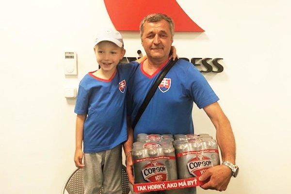 Po kartón piva si prišiel Michal Čery z Jelenca (s vnukom Jakubom), ktorý pred týždňom uhádol všetkých 10 zápasov!