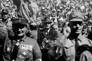 Adolf Hitler na stretnutí priaznivcov NSDAP v roku 1920.