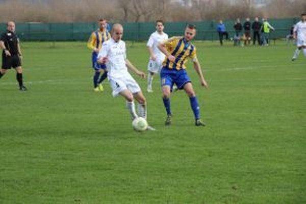Borčičan Gábor (v bielom) v súboji s Belkovicsom z DAC B.