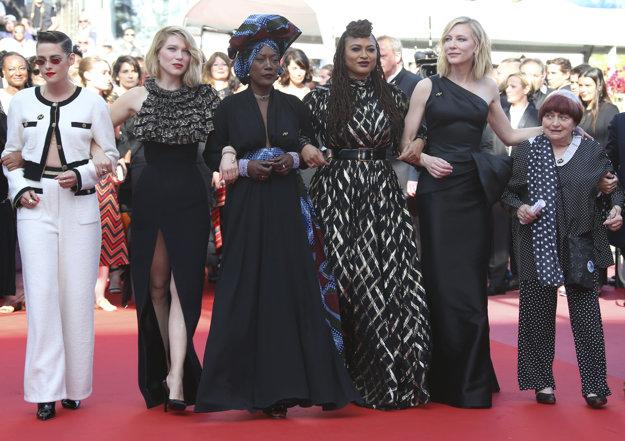 Členky filmovej poroty Kristen Stewart, Lea Seydoux, Khadja Nin, Ava Duvernay, Cate Blanchett a režisérka  Agnes Varda počas tichého protestu, ktorým chcú upozorniť na nedostatok žien režisérok.