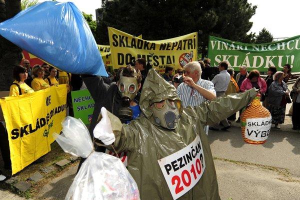 Na snímke protest kvôli skládke v Pezinku pred budovou Úradu vlády SR 12. mája 2010 v Bratislave.