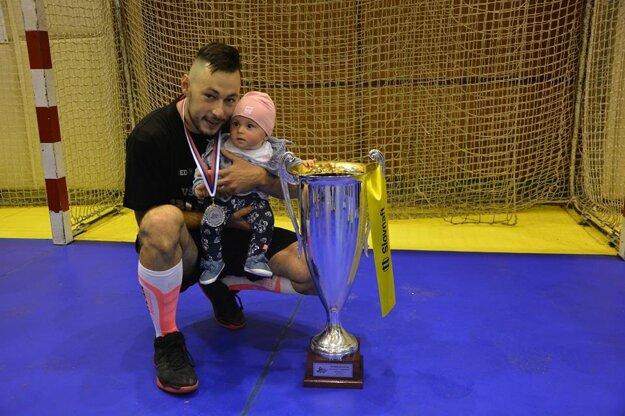 Branislav Cigáň s dcérkou pri pohári za druhé miesto.