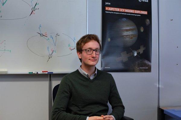 Marcel Štefko v kancelárii misie JUICE pracuje na vyhodnocovaní výkonnosti tejto družice z hľadiska spotreby energie, tvorby dát a dosiahnuteľnosti cieľov misie.