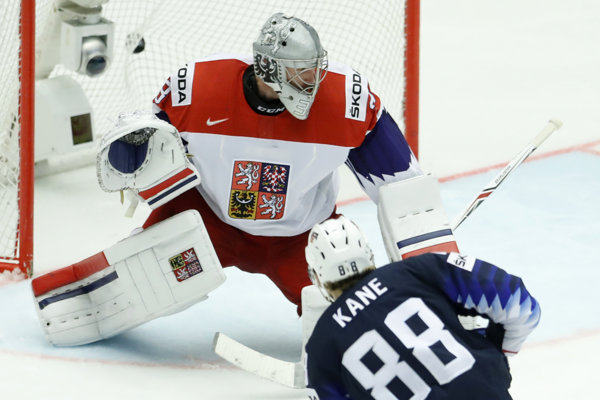 Brankára Francouza mrzí prvý gól z hokejky kapitána USA Patricka Kanea.