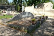 Spoločný hrob zavraždených na cintoríne. Niektorí si totiž svojich blízkych zobrali a pochovali ich na inom mieste. V tomto hrobe sú pochované aj iné neznáme osoby.