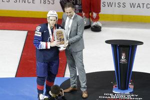 Americký kapitán Patrick Kane prijíma trofej za víťazstvo v stretnutí o bronz.