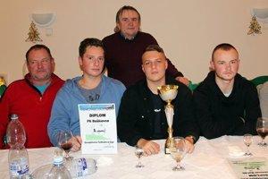 Víťazom 1. ročníka sastali Baškovce. Na fotografii po prevzatí ocenenia.
