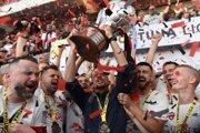 Nestor El Maestro (s trofejou) obklopený svojimi zverencami počas osláv ligového titulu.