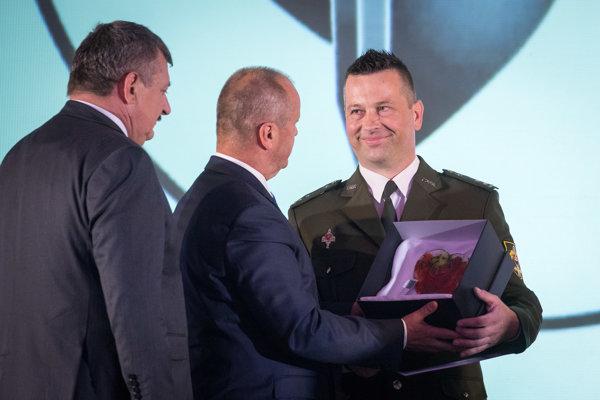 Zľava: Predseda Výboru NR SR pre obranu a bezpečnosť Anton Hrnko, minister obrany SR Peter Gajdoš a laureát rotný Lukáš Cmorej.