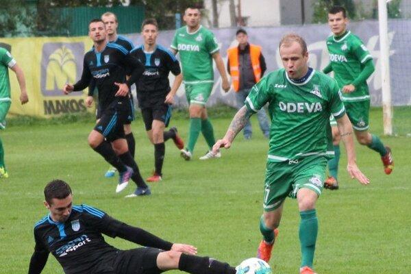 V tretej lige majú zatiaľ k postupu najbližšie Lipany (v zelených dresoch).